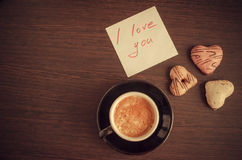 Förälskelse för anmärkning I dig med koppen kaffe och kakor Fotografering för Bildbyråer