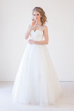 Förälskelse för bröllop för brudbröllopkappa vit arkivfoto