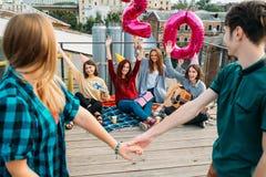 Förälskelse för enhet för kamratskap för takpartiöverraskning arkivfoton