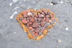 förälskelse för hand för strandbegreppspar till Fotografering för Bildbyråer
