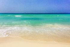 förälskelse för hand för strandbegreppspar till Royaltyfri Bild