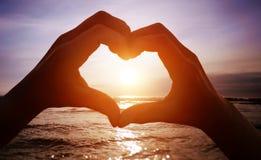 förälskelse för hand för strandbegreppspar till royaltyfri foto