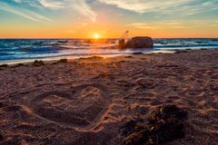 förälskelse för hand för strandbegreppspar till Arkivfoto