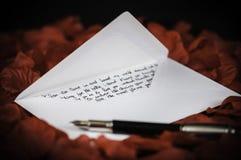 förälskelse för kuverthjärtabokstav arkivbild