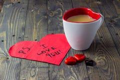 Förälskelse för PS I dig med te på trätabellen Arkivfoto