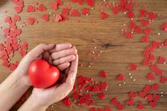 Förälskelse för valentindaghälsovård som rymmer röd hjärta- och världshälsodag royaltyfri foto