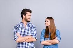 Förälskelse förtroende, kamratskap, gyckel, lycka Förälskelse för två gladlynt barn arkivfoton