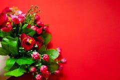 Förälskelse gåva för dag för valentin` s för andra halvan, en bukett av blommor, rosor, romantiskt foto, bakgrund som är passande fotografering för bildbyråer