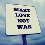 förälskelse gör för att inte kriga Royaltyfri Bild