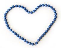 Förälskelse hjärta Blå halsband på en vit bakgrund Arkivfoto