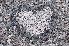 Förälskelse hjärtan av en kiselstensten på havet Royaltyfri Fotografi