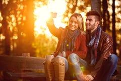 Förälskelse i de lyckliga paren för park- i parkera som tar selfie Royaltyfri Fotografi