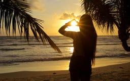 Förälskelse in i solnedgång Arkivfoto