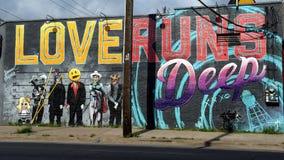 Förälskelse kör den djupa väggmålningen av Josh Mittag, djupa Ellum, Texas Royaltyfria Bilder
