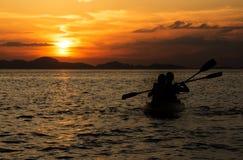 Förälskelse kopplar ihop att kanota för partners Arkivfoto