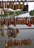 Förälskelse-lås på en bro i Bamberg, Tyskland Royaltyfri Bild