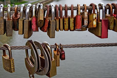 Förälskelse-lås på en bro i Bamberg, Tyskland Arkivfoto