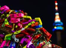 Förälskelse låser den namsan tornseoul Sydkorean Fotografering för Bildbyråer