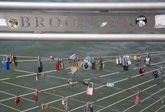 Förälskelse låser på den Brooklyn bron parkerar i New York Royaltyfri Foto