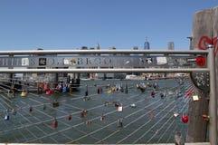 Förälskelse låser på den Brooklyn bron parkerar i New York Arkivfoton