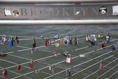 Förälskelse låser på den Brooklyn bron parkerar i New York Fotografering för Bildbyråer