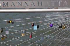 Förälskelse låser på den Brooklyn bron parkerar i New York Royaltyfria Bilder