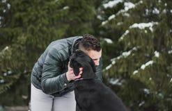 Förälskelse mellan hunden och mannen arkivbilder