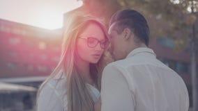Förälskelse mellan unga lyckade chefer i solnedgång Fotografering för Bildbyråer
