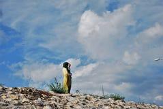 FÖRÄLSKELSE: Muslimsk moder med hennes son Fotografering för Bildbyråer