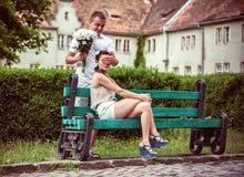 Förälskelse och affektion mellan ett ungt par Royaltyfri Bild