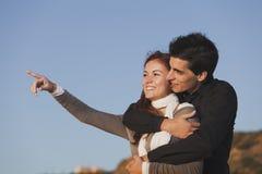 Förälskelse och affektion mellan ett ungt par Arkivbild