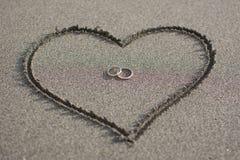 Förälskelse och bröllop på stranden royaltyfria foton