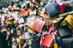 Förälskelse- och förbindelsehänglås på den Prague bron Royaltyfri Bild