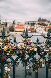 Förälskelse- och förbindelsehänglås på den Prague bron Royaltyfria Foton