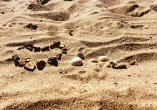 FÖRÄLSKELSE- och HJÄRTAdiagram på en sand Arkivbild
