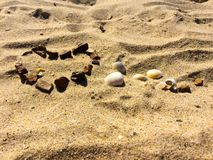 FÖRÄLSKELSE- och HJÄRTAdiagram på en sand Arkivfoton