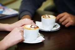 förälskelse- och koppkaffebegrepp Arkivbilder