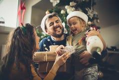 Förälskelse och lycka är var familjen är royaltyfria foton