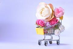 Förälskelse och lyckliga valentindagrosor som är färgrika i shoppingvagn arkivbild