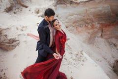 Förälskelse och passion, begrepp Härlig barnpardans i öken Mannen i svart och kvinna i rött royaltyfri bild