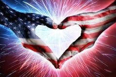 Förälskelse och patriotism - USA-flagga på hjärta formade händer royaltyfri fotografi