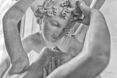 Förälskelse och psykestaty arkivfoto