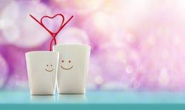 Förälskelse- och valentindagbegrepp Lycklig vänkaffekopp med smi Royaltyfria Foton