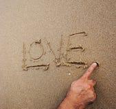 Förälskelse ord som dras på stranden royaltyfri bild