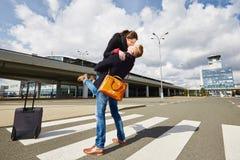 Förälskelse på flygplatsen royaltyfri foto
