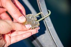 Förälskelse på låset med tangenter arkivfoton