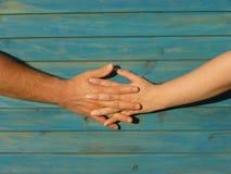 Förälskelse - rymma händer Fotografering för Bildbyråer