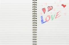 Förälskelse som är skriftlig i anteckningsbok Arkivbild