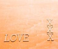 Förälskelse som är skriftlig i träbokstäver Royaltyfria Foton