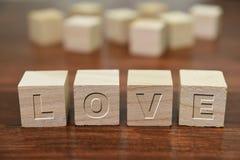 Förälskelse som är skriftlig på träkuben Arkivfoton